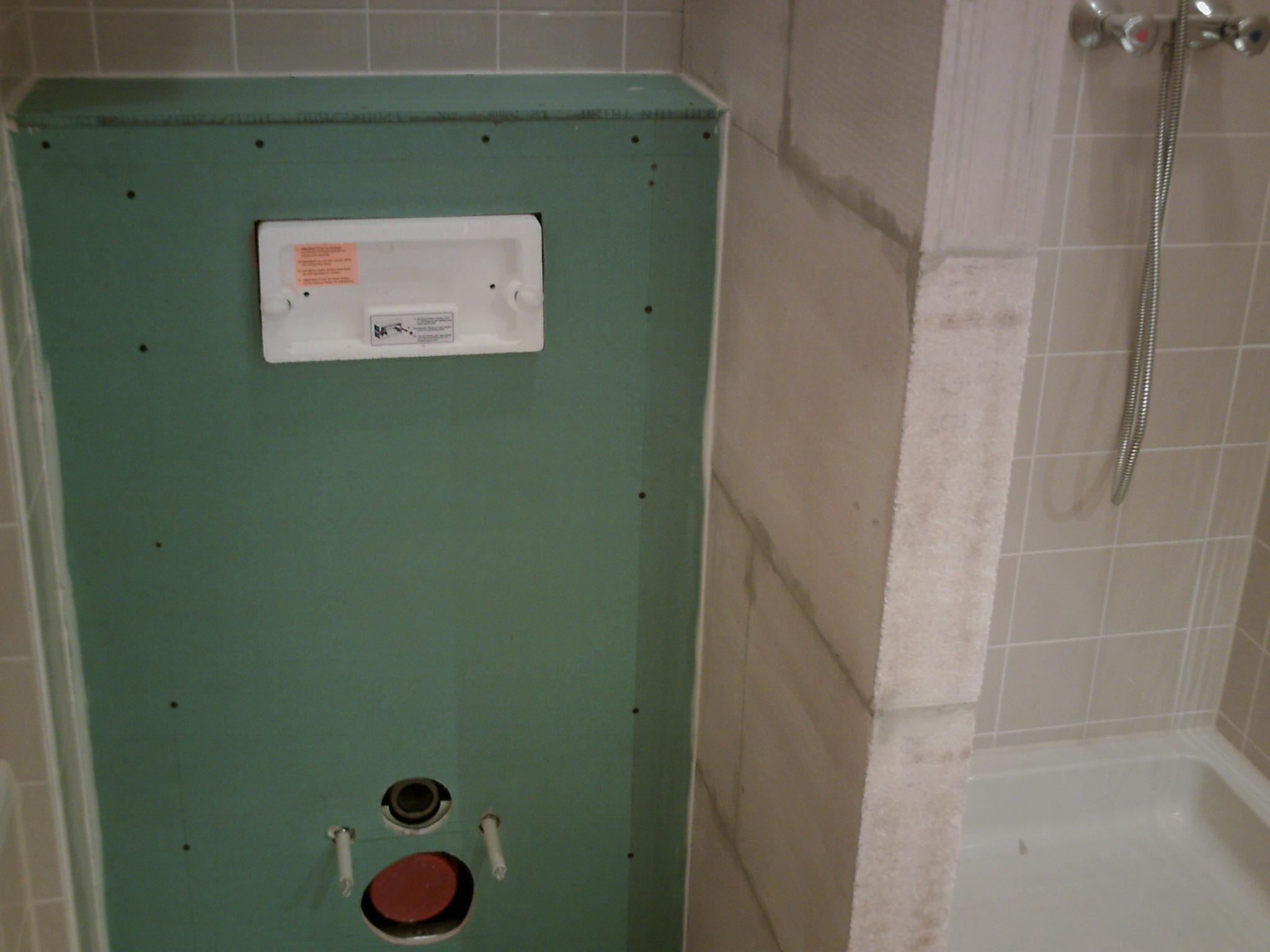 Inbouwreservoir en tegelwerk van toilet :